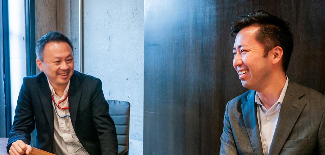 男性二人がインタビューしている様子の画像